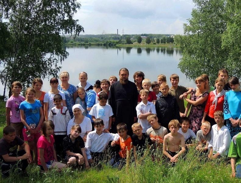 Епископ Филипп с детьми Православного лагеря посетил святой источник в м-р Ложок (видео)